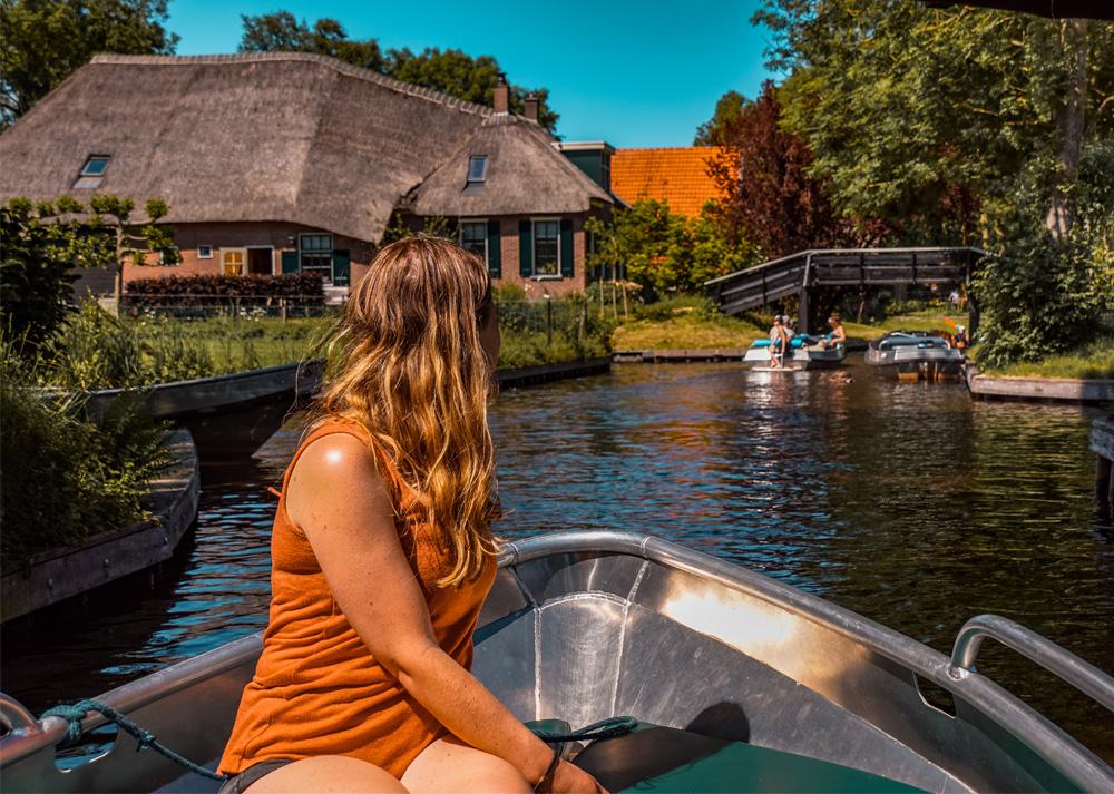 Giethoon 8 - Varen in Giethoorn: dit wil je weten over het huren van een bootje