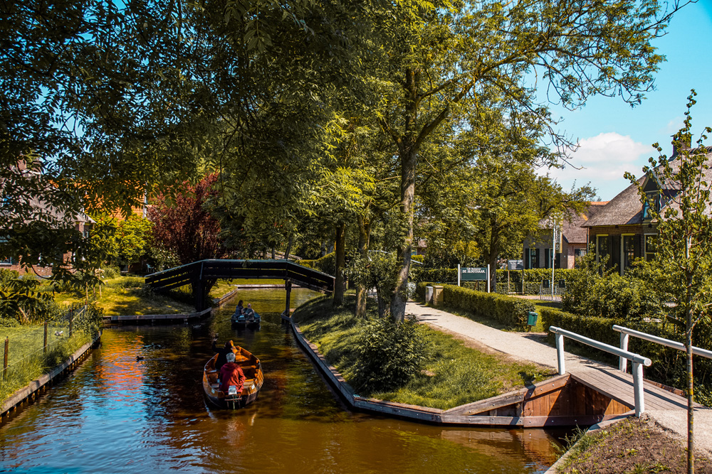 Giethoorn 1 - Varen in Giethoorn: dit wil je weten over het huren van een bootje