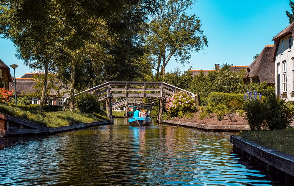Giethoorn 10 - Varen in Giethoorn: dit wil je weten over het huren van een bootje
