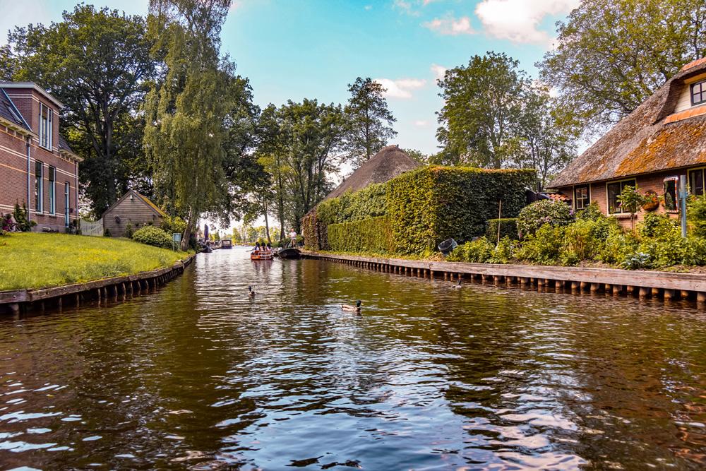 Giethoorn 2 - Varen in Giethoorn: dit wil je weten over het huren van een bootje