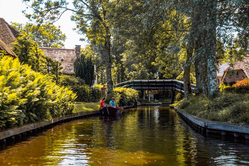 Giethoorn 3 - Varen in Giethoorn: dit wil je weten over het huren van een bootje