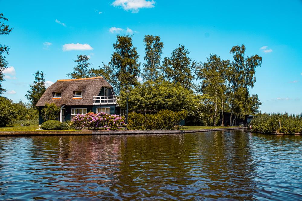 Giethoorn 5 - Varen in Giethoorn: dit wil je weten over het huren van een bootje